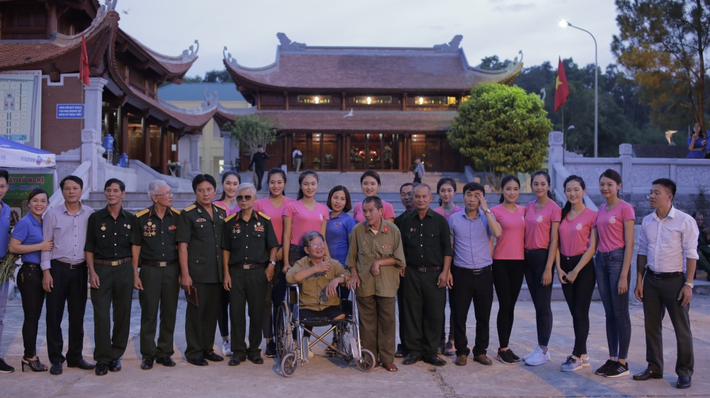 thi sinh hoa hau viet nam 2018 thap sang 11000 trai tim hong tai nghia trang viet lao