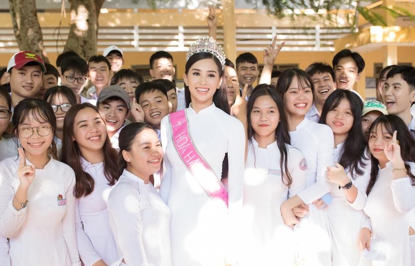 Diện áo dài trắng về trường Hoa hậu Trần Tiểu Vy đẹp đến ngẩn ngơ