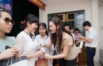 Á hậu Tường San cùng mẹ phát quà Trung thu cho trẻ em