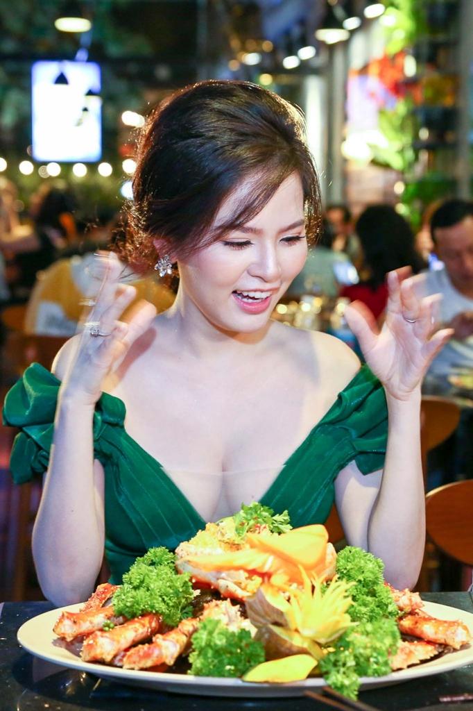 vo chong dao dien vo thanh hoa mai bao ngoc tinh tu tan huong hai san tuoi song