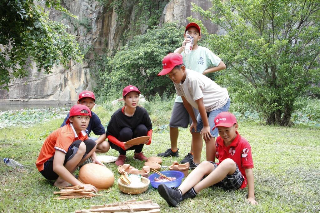 mc phi linh kha ngan doi nang thuc hien thu thach cung cau thu nhi 2018