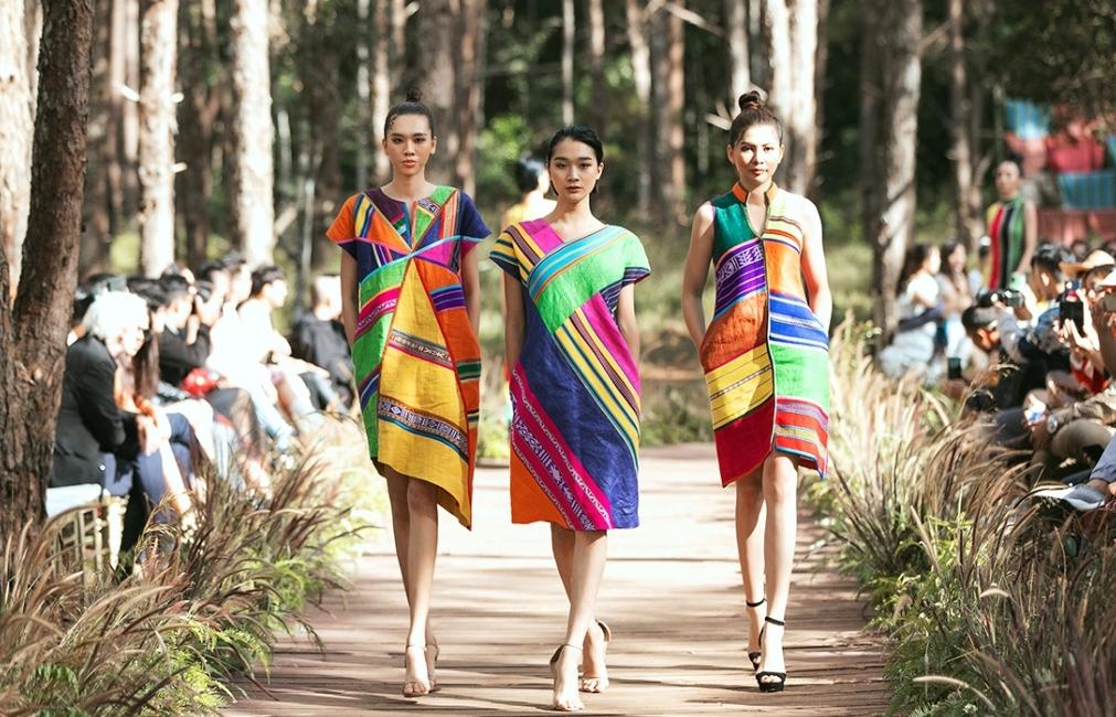 Fashion show 'Hương rừng sắc núi': 3 phong cách độc đáo với chất liệu thổ cẩm