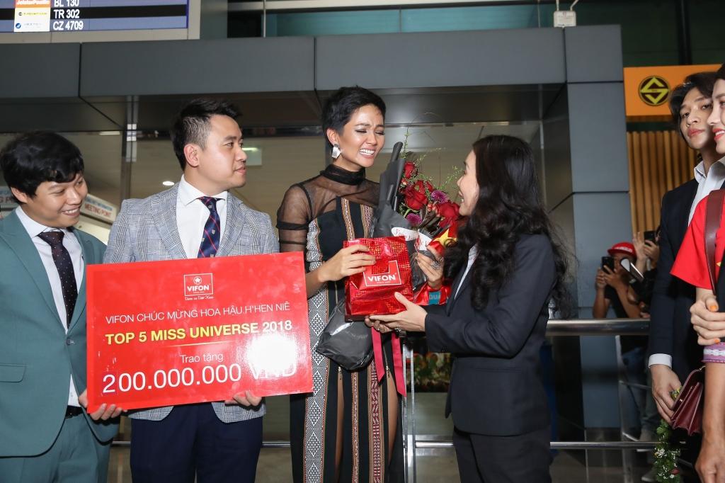 hoa hau hhen nie danh 100 tien thuong nong lam tu thien sau khi tro ve tu miss universe 2018