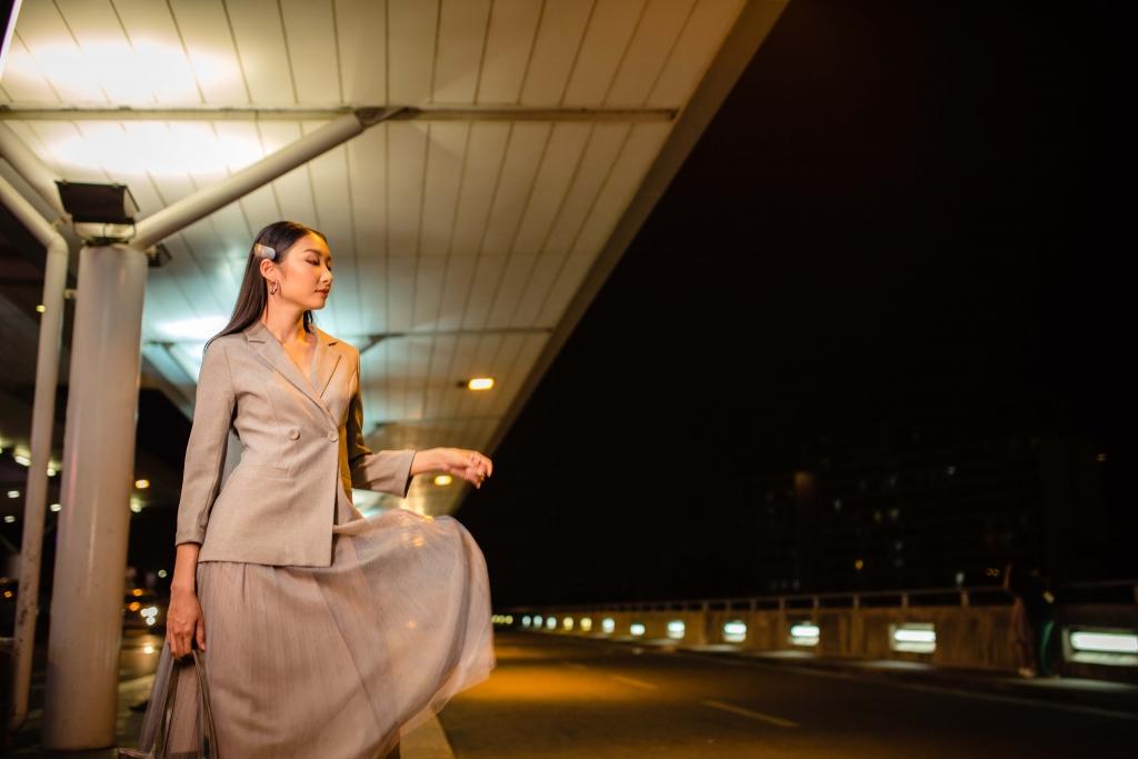 nguoi mau thanh khoa mang 80kg hanh ly len duong du thi hoa khoi sinh vien the gioi 2019