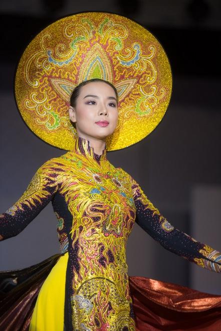 dan sao viet khoe sac tren tham do bib show cua lai thanh huong