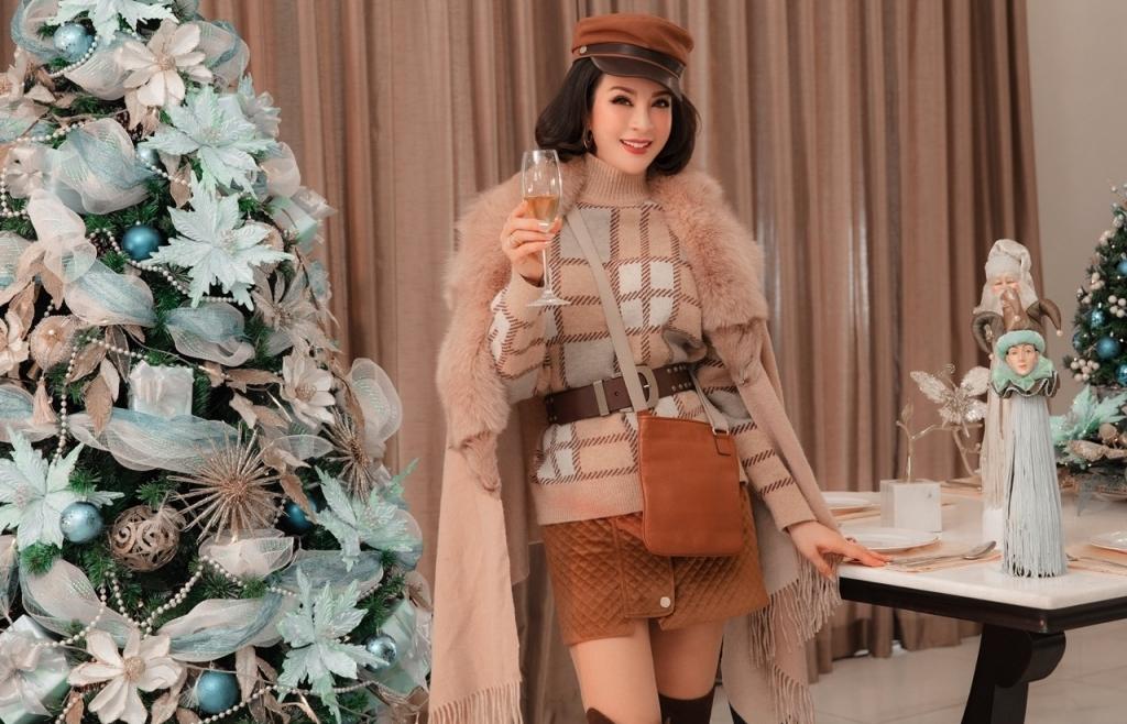 MC Thanh Mai diện hàng hiệu đón Giáng sinh