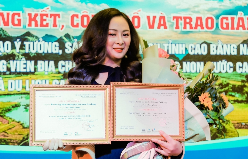 NTK Vũ Thảo Giang 'thắng lớn' với khăn choàng, áo dài thổ cẩm