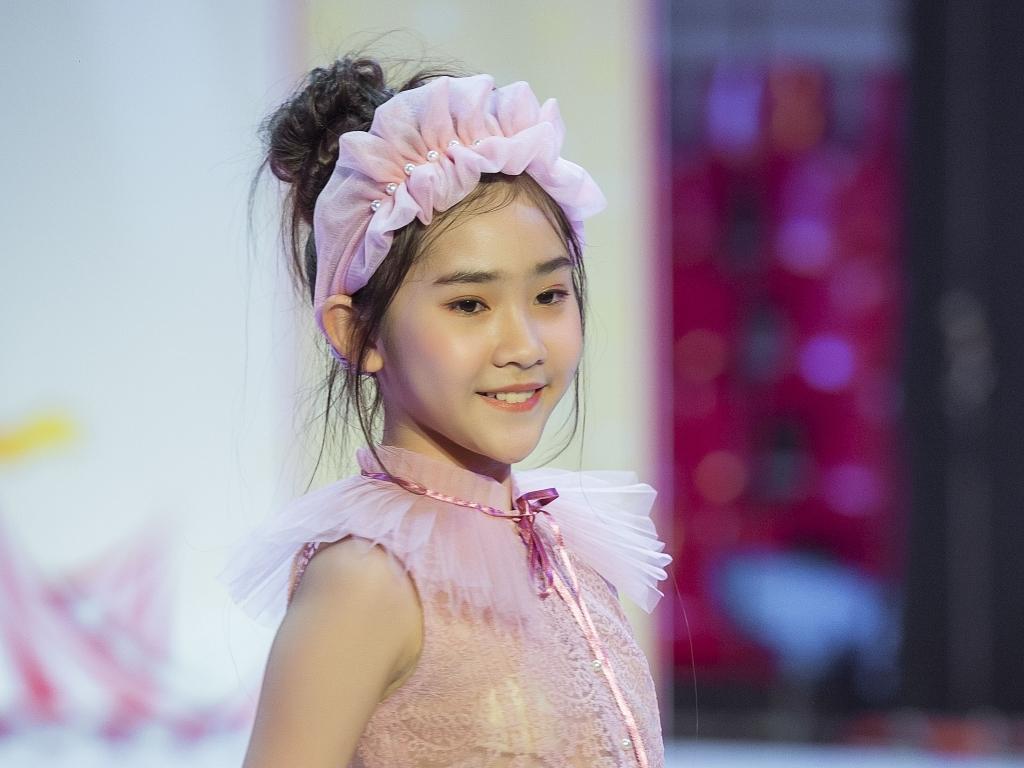 Mẫu nhí Cherry Phương Diễm tỏa sáng khi diễn mở màn cho NTK Hà NG