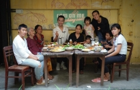 BB Trần, Hải Triều mang bữa tiệc đoàn viên trong mơ đến gia đình nghèo chưa từng được một lần ăn ngon
