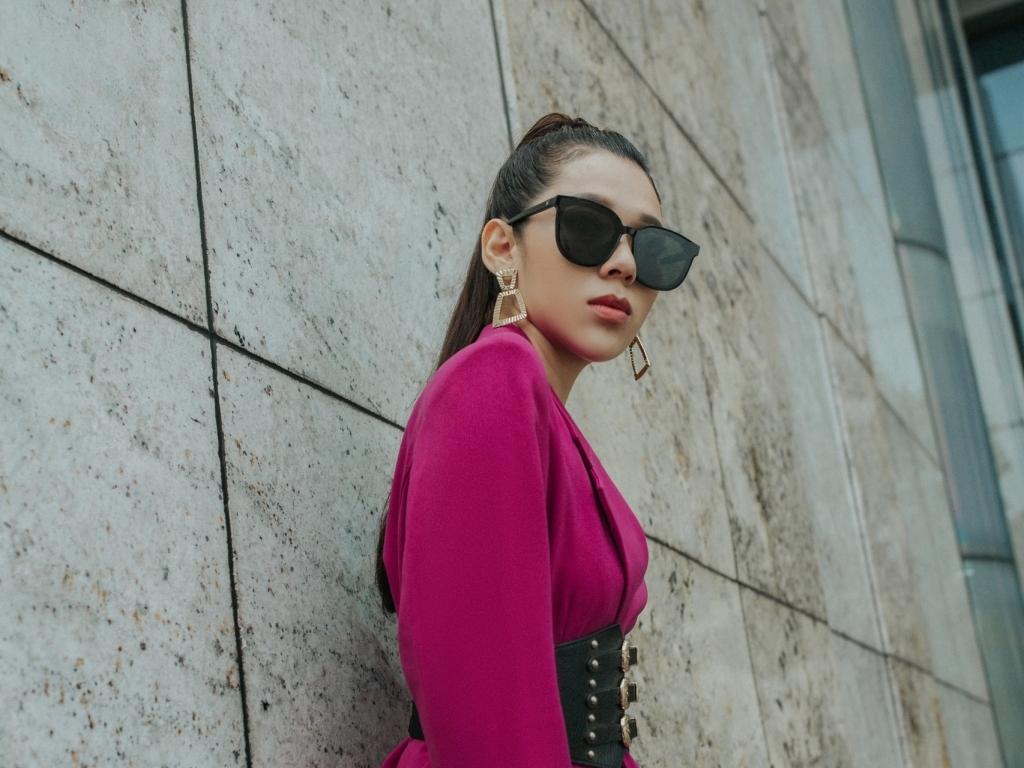 Kiều Oanh phá cách trong trang phục của NTK Sunny Fashion