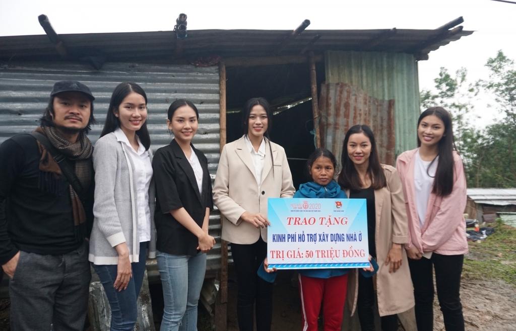 Ban tổ chức 'Hoa hậu Việt Nam 2020' cùng top 3 vượt địa hình khó trao tặng 1 tỷ đồng cho bà con Nam Trà My