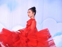 Bất ngờ với màn catwalk cực đỉnh của vedette nhí Vân Anh trong show diễn của NTK Hà Duy
