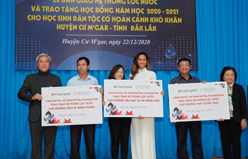 Hoa hậu H'Hen Niê trao hệ thống lọc nước sạch cho 3 ngôi trường cũ