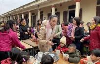 Hoa hậu Lương Thùy Linh mang phở đến với trẻ em vùng sâu