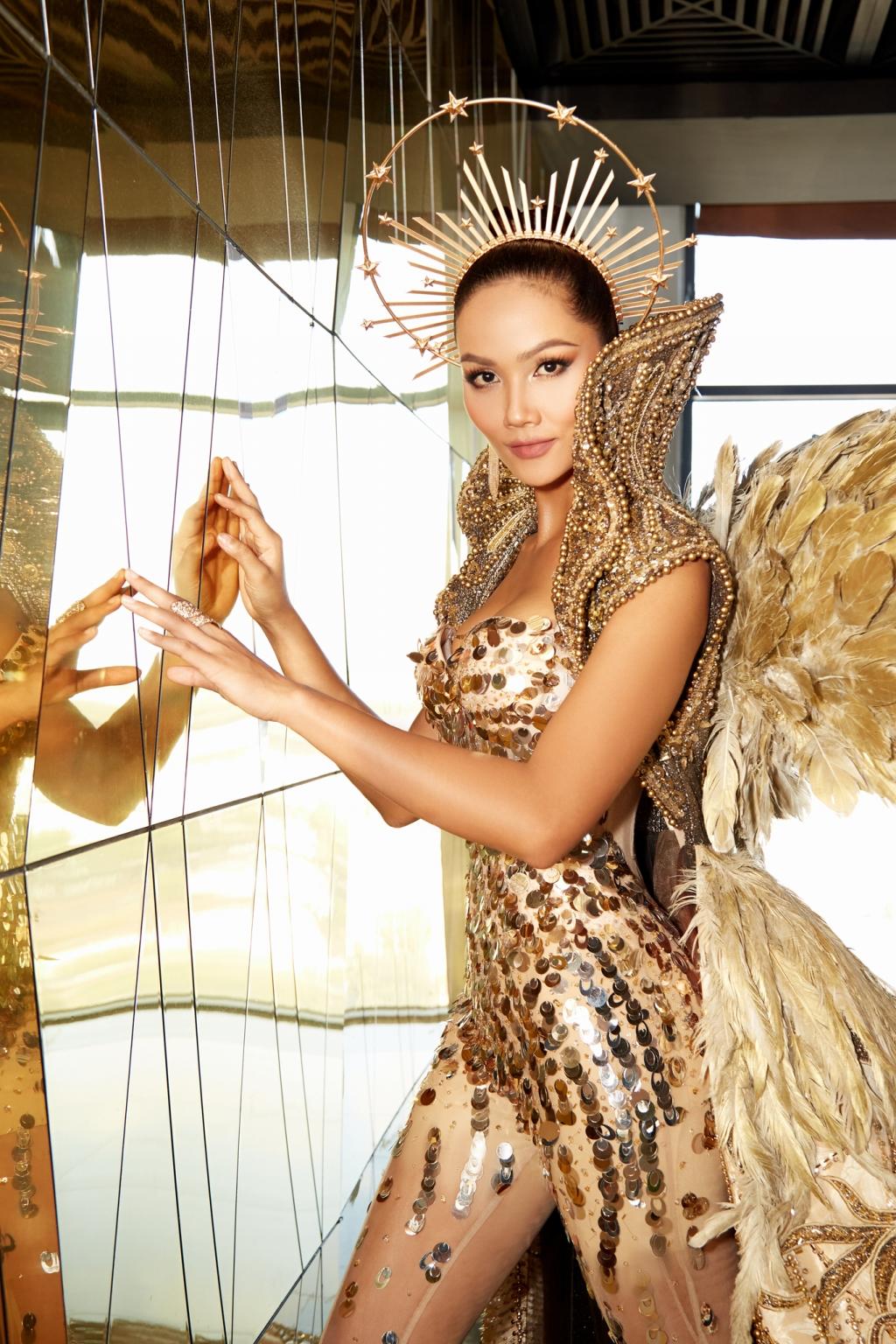 H'Hen Niê tiếp tục gây ấn tượng khi trở thành 'Nữ thần Mặt trời'