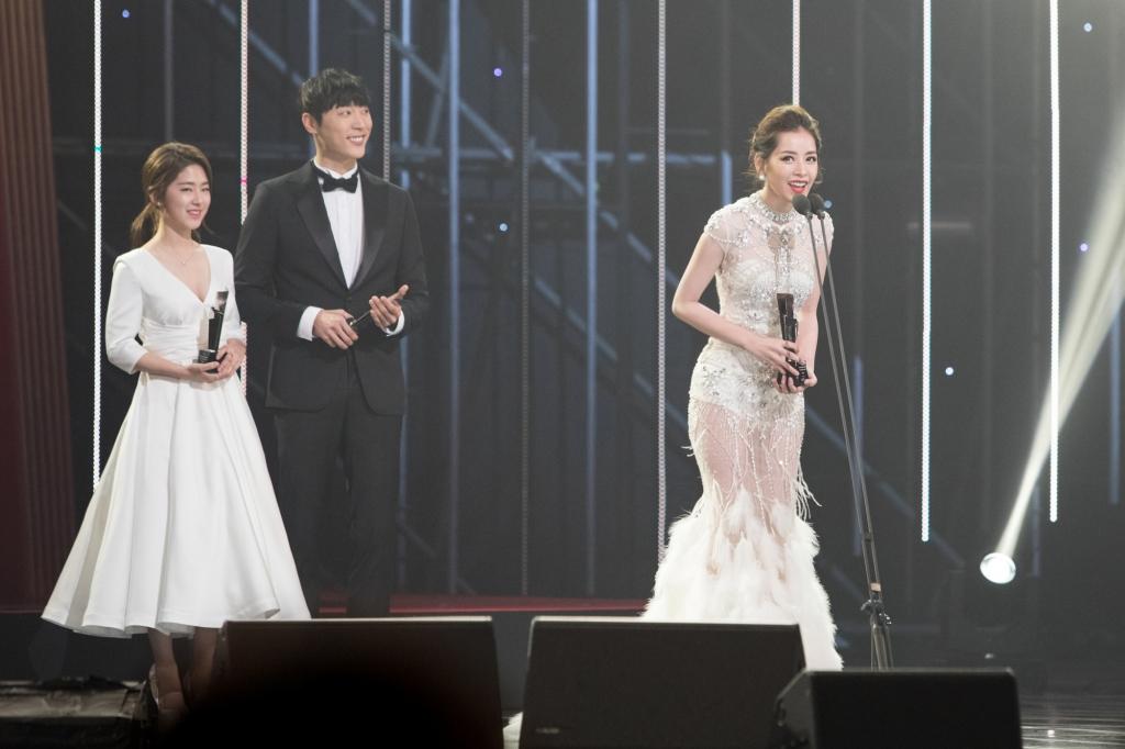 chi pu doat giai nghe sy moi chau a tai asia artist awards 2016