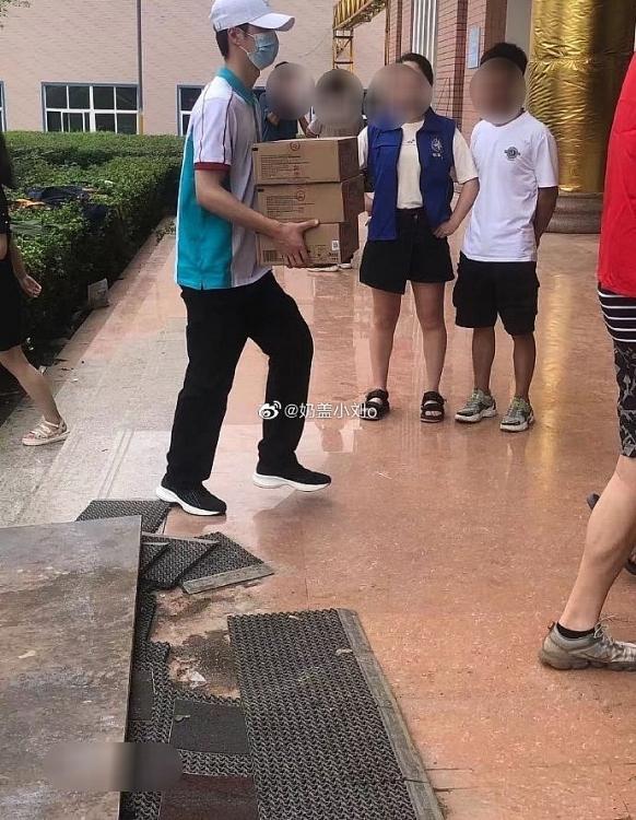 Vương Nhất Bác đích thân đến vùng lũ lụt làm tình nguyện viên tiền tuyến: 'Nếu không đi tôi sẽ hối hận'