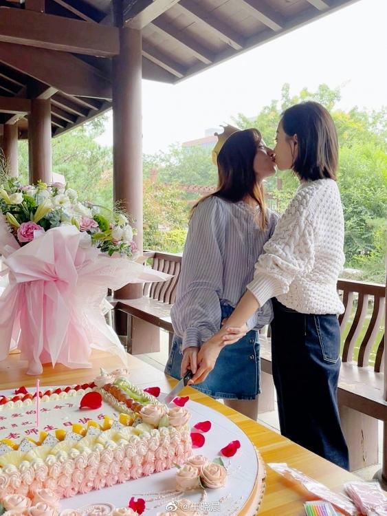 Vương Hiểu Thần khoe ảnh khóa môi với Tống Thiến: Bạn bè đơn thuần hay là bách hợp?