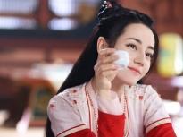 Phim trường 'An Lạc Truyện': Địch Lệ Nhiệt Ba thân mật choàng vai Lưu Vũ Ninh, chăm chú đọc kịch bản
