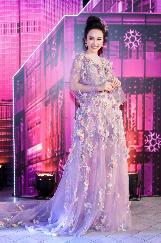 angela phuong trinh cuoi ngua tham du le trao giai zing music awards