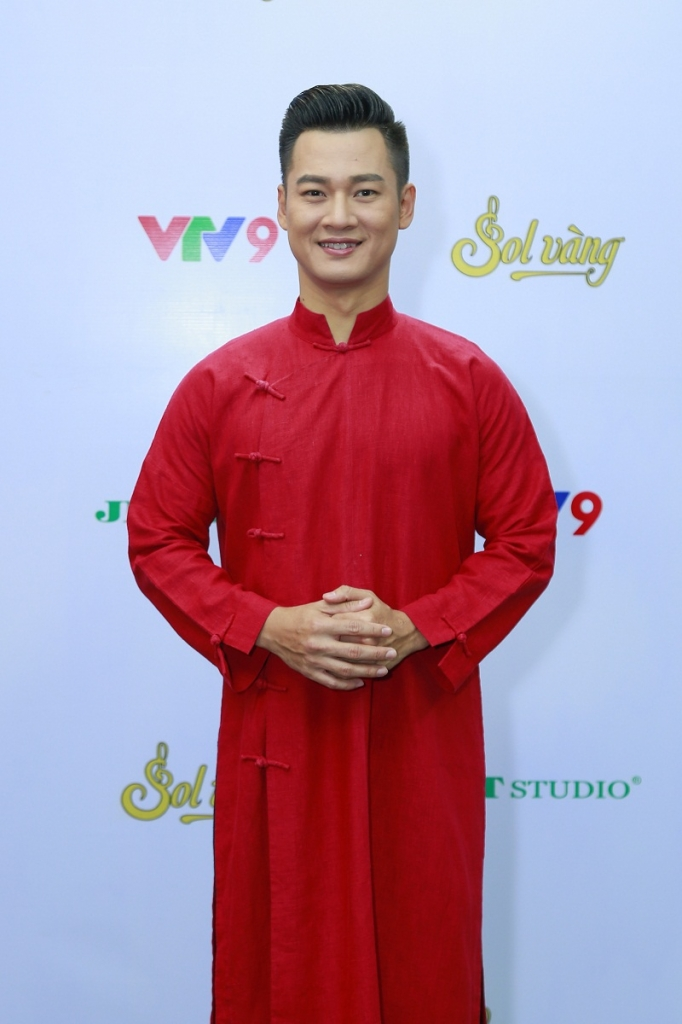 duc tuan dien ao dai do ruc hat ly ruou mung don tet