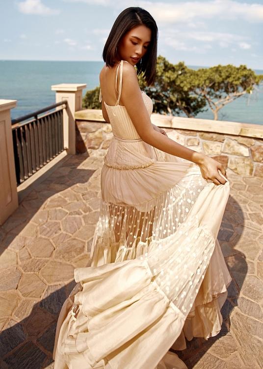 Hoa hậu Tiểu Vy phơi nắng khoe da nâu quyến rũ