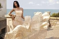 Hoa hậu Tiểu Vy phơi nắng khoe làn da nâu quyến rũ trong trang phục của Lê Thanh Hòa