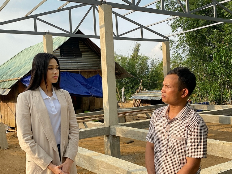 Hoa hậu Đỗ Hà băng rừng, lội suối xây lại nhà cửa cho bà con miền Trung