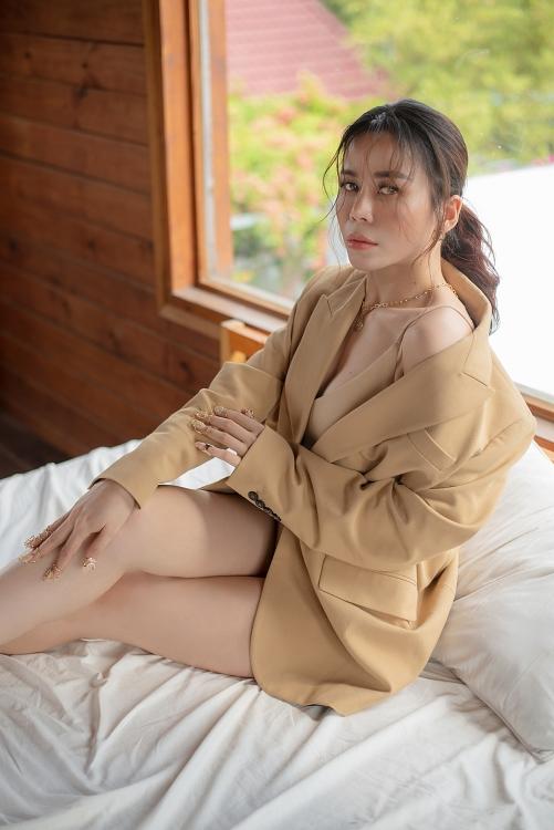 Hoa hậu Oanh Lê gây sốt với vòng eo thon gọn khoe dáng nóng bỏng