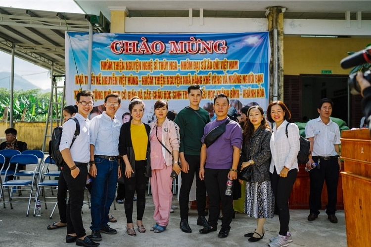 Đại sứ Áo dài Trần Trung Trà phát quà cho trẻ em nghèo ở Khánh Hòa