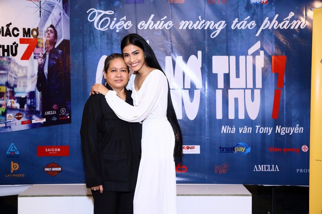 a hau truong thi may khoe suoi toc dai 1m2 tai buoi dong may phim giac mo thu 7