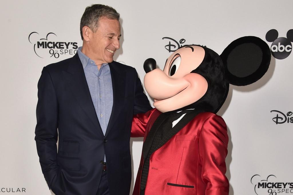 3. Mọi người đang cảm thấy không hài lòng với cách Disney của chủ tịch Bob Iger ứng xử với Scarlett Johansson