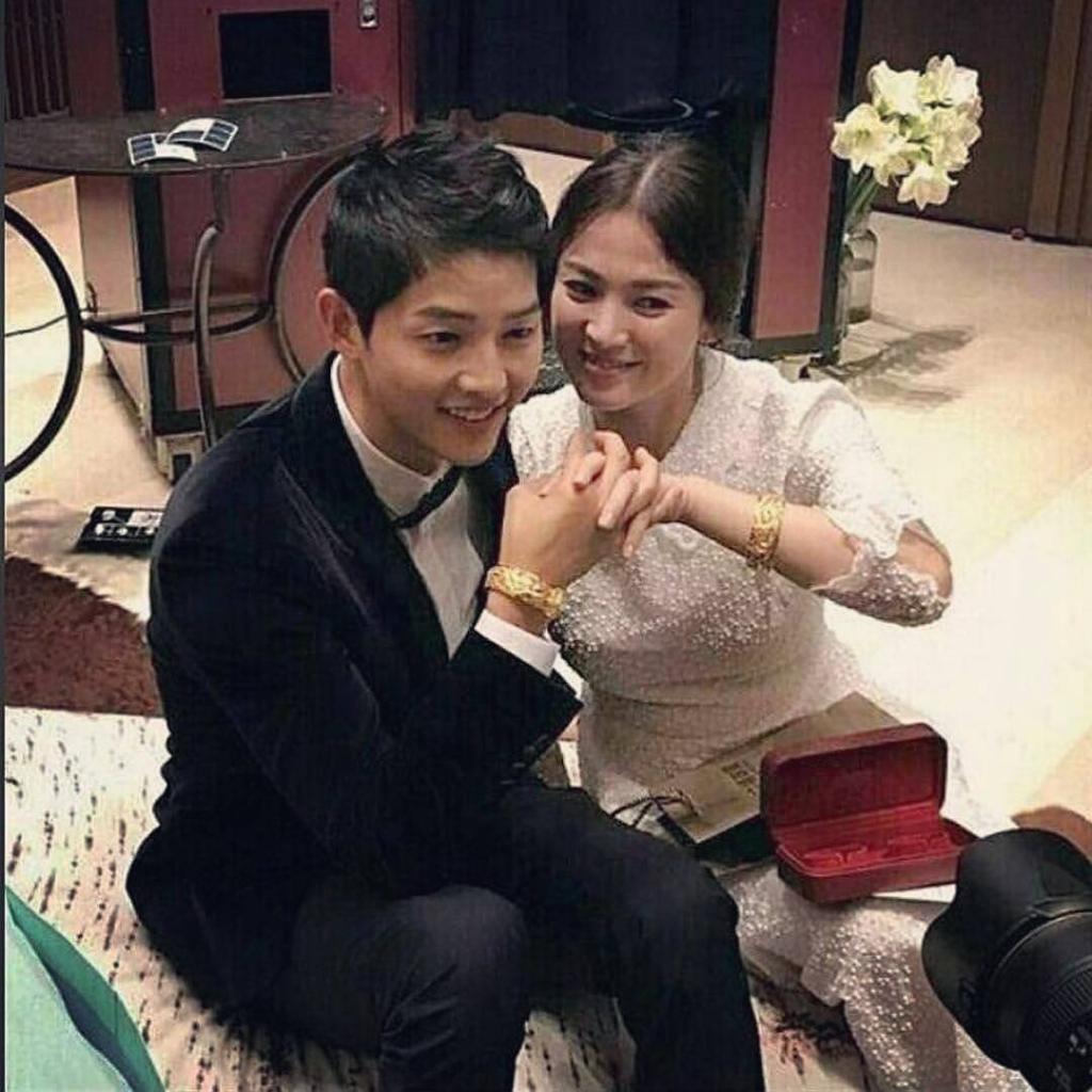song joong ki va song hye kyo khoe qua cuoi khung cua dao dien ngo vu sam