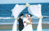 Minh Tú say đắm hôn Người tình trong đám cưới trên biển