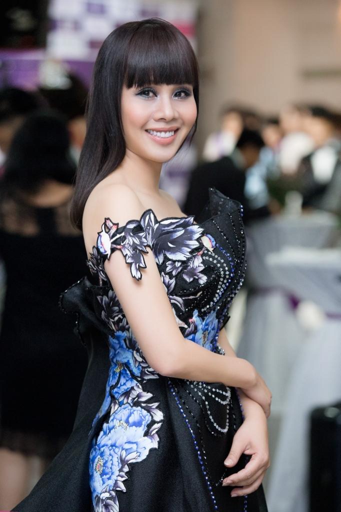 chi em hoa hau hang nguyen ha thu rang ro trao giai miss tourism 2017