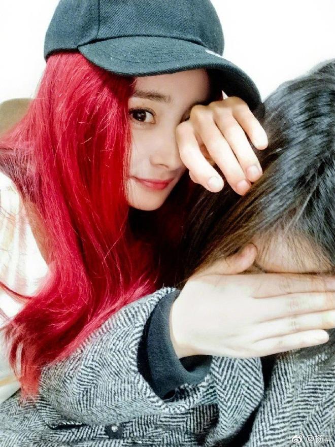 Dương Mịch tóc vàng hoe đi chụp ảnh tạp chí, fan mong thần tượng để mãi màu tóc này