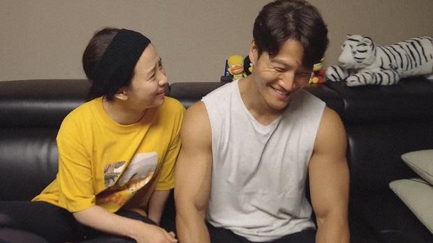 Kim Jong Kook và 'mợ ngố' Ji Hyo tình tứ, ngồi nói chuyện sương sương leo top trending