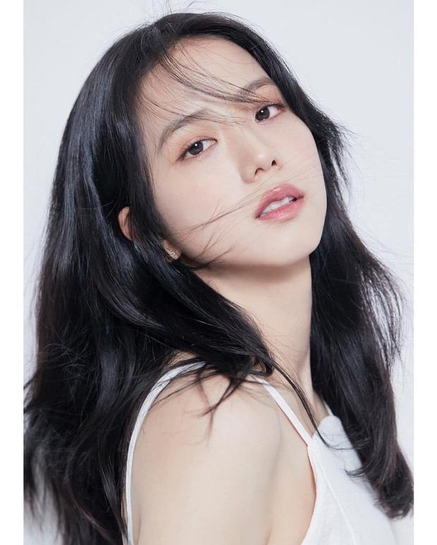 Bộ ảnh profile diễn viên đẹp điên đảo của chị cả BlackPink khiến dân tình lụi tim
