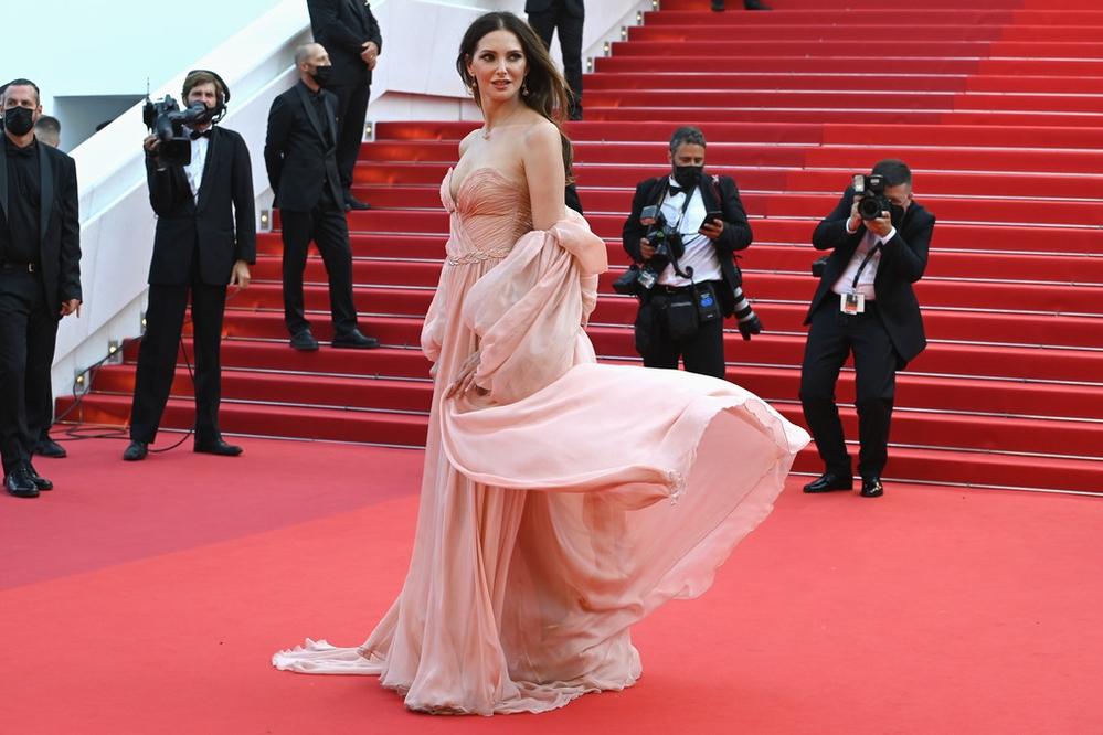 Thời trang sexy và quyến rũ chết người ngập tràn LHP Cannes 2021