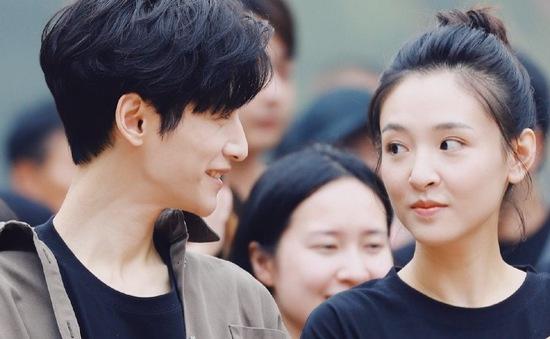La Vân Hi nhỏ con như học sinh bên bạn diễn Ngô Thiến ở hậu trường 'Truy quang giả'