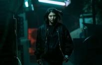 Han So Hee tạm biệt Song Kang: cắt phăng mái tóc dài, đánh nhau 'bầm dập' trong phim hành động mới