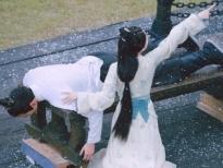 Triệu Lộ Tư bênh vực Ngô Lỗi hết mình dưới mưa tuyết khi thấy chàng bị đánh ở 'Tinh hán xán lạn'