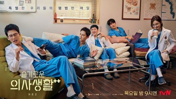 Netizen bấn loạn khi Ik Jun - Song Hwa có nụ hôn ở 'Hospital Playlist' sau bao năm 'đẩy thuyền' mòn mỏi