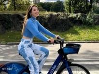 Chi Pu khoe ảnh eo thon, đạp xe trên nước Mỹ