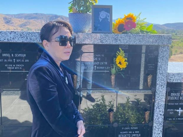 Nghệ sĩ Việt Hương ghé thăm mộ cố nghệ sĩ Chí Tài, bật khóc khi nhắc đến câu chuyện của Hoài Linh