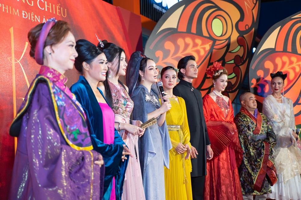 Ekip phim 'Kiều' mang hẳn bối cảnh cổ trang lên thảm đỏ premiere