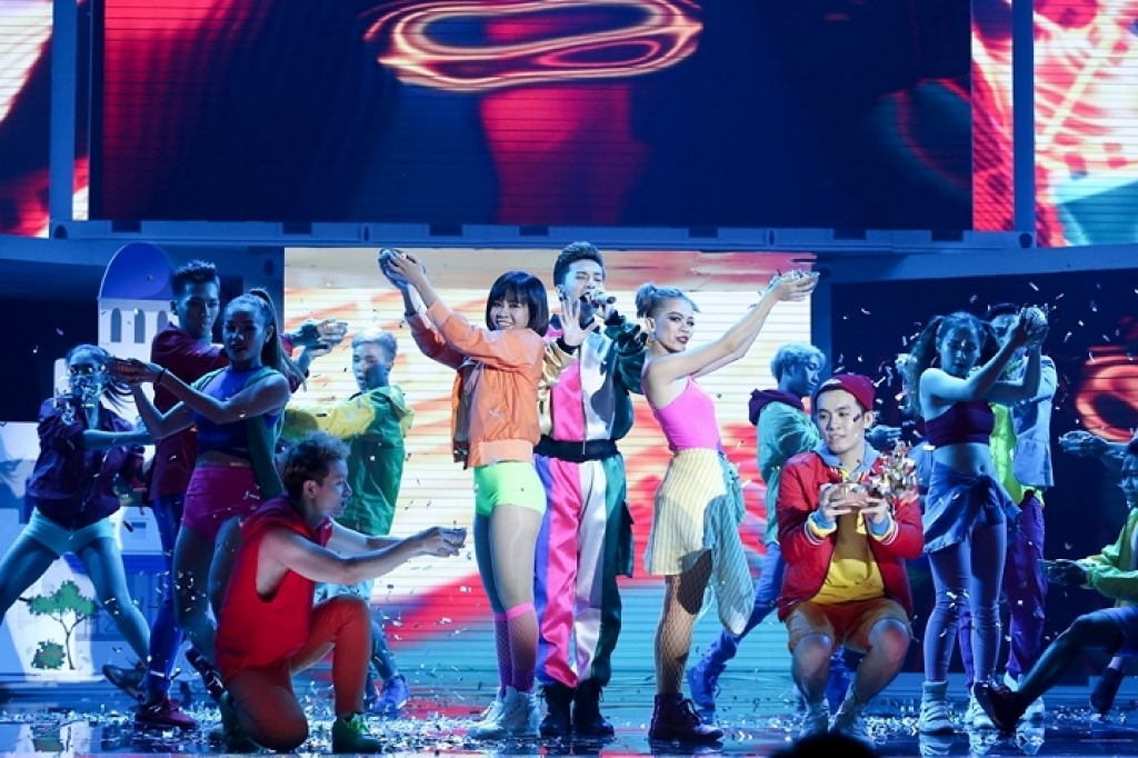 chao san the remix mai tien dung xuat sac thuyet phuc khan gia