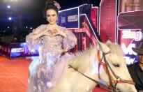 Angela Phương Trinh cưỡi ngựa tham dự lễ trao giải Zing Music Awards