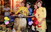 Phi Nhung dẫn ba con nuôi dạo chơi phố ông đồ