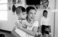 Hoàng Oanh cùng bố đến Tây Ninh trao tặng quà cho trẻ em kém may mắn